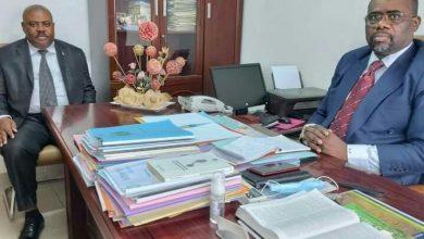 Photo de PDG – N'gounié : Le Secrétaire Nationale 4, Emmanuel BIYE échange avec le Membre du Bureau Politique de la Boumi Louetsi, Cyriaque MOUKOUNDJI