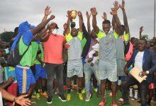 Photo de ActivitésSocio-Sportives4eArr./ Tournoi de football InnocentENDAZOKOU:l'honorable Séverin PierreNdongEkomi gagne sonpari